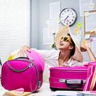 Urlaub in der Probezeit: Frau mit gepackten Koffern auf Arbeit