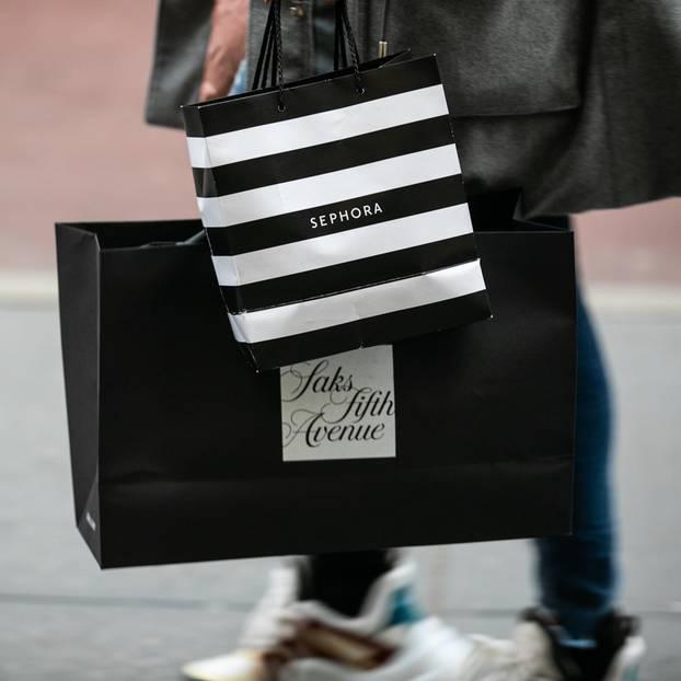 Tarte Cosmetics in Deutschland: Frau trägt eine Sephora-Tüte