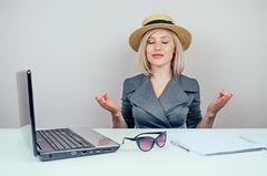 Urlaubsanspruch bei Kündigung: Frau stimmt sich mit Meditation auf Urlaub ein