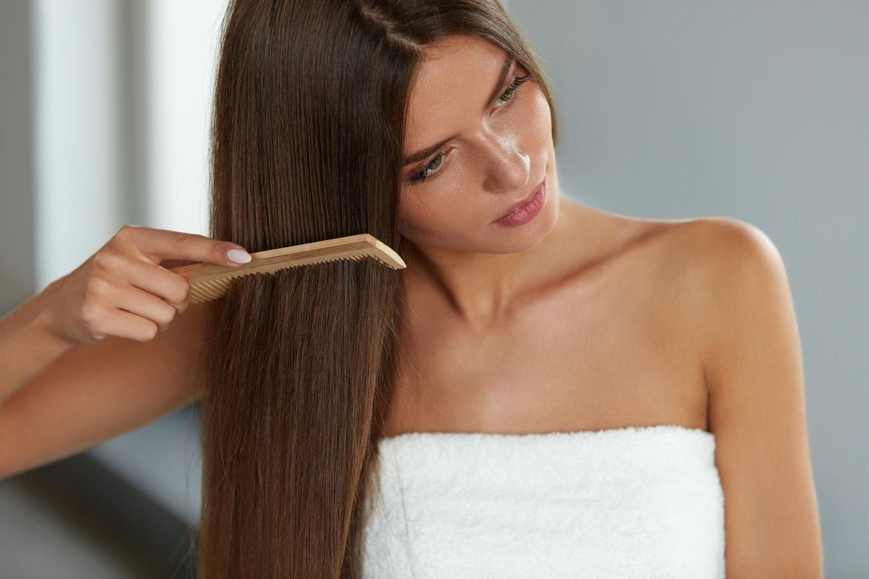 Darum sollte man nach dem Haarewaschen keinen Scheitel ziehen