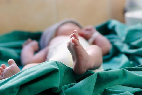 New York: Ein Neugeborenes in Krankenhaustüchern