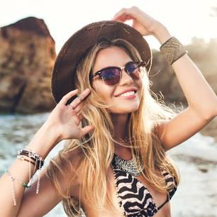 Strand-Accessoires 2019: Frau mit Sonnenbrille und Sonnenhut
