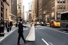 Heiraten im Ausland: Tipps für eure Traumhochzeit: Brautpaar geht in New York City über die Straße