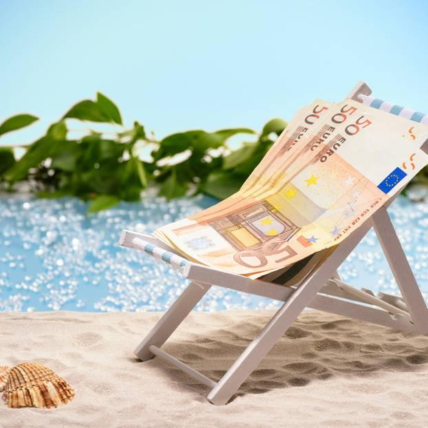 Urlaubsgeld: 50 Euro Scheine auf Liegestuhl am Strand