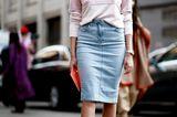 Outfits, die wir zur Arbeit tragen: Frau mit Jeansrock und rosa Pullover