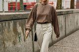 Outfits, die wir zur Arbeit tragen: Caro Daur in beigefarbener Hose und brauner Bluse