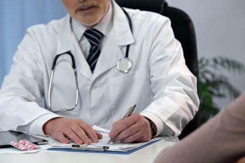 Whisper: Ein Frauenarzt notiert etwas
