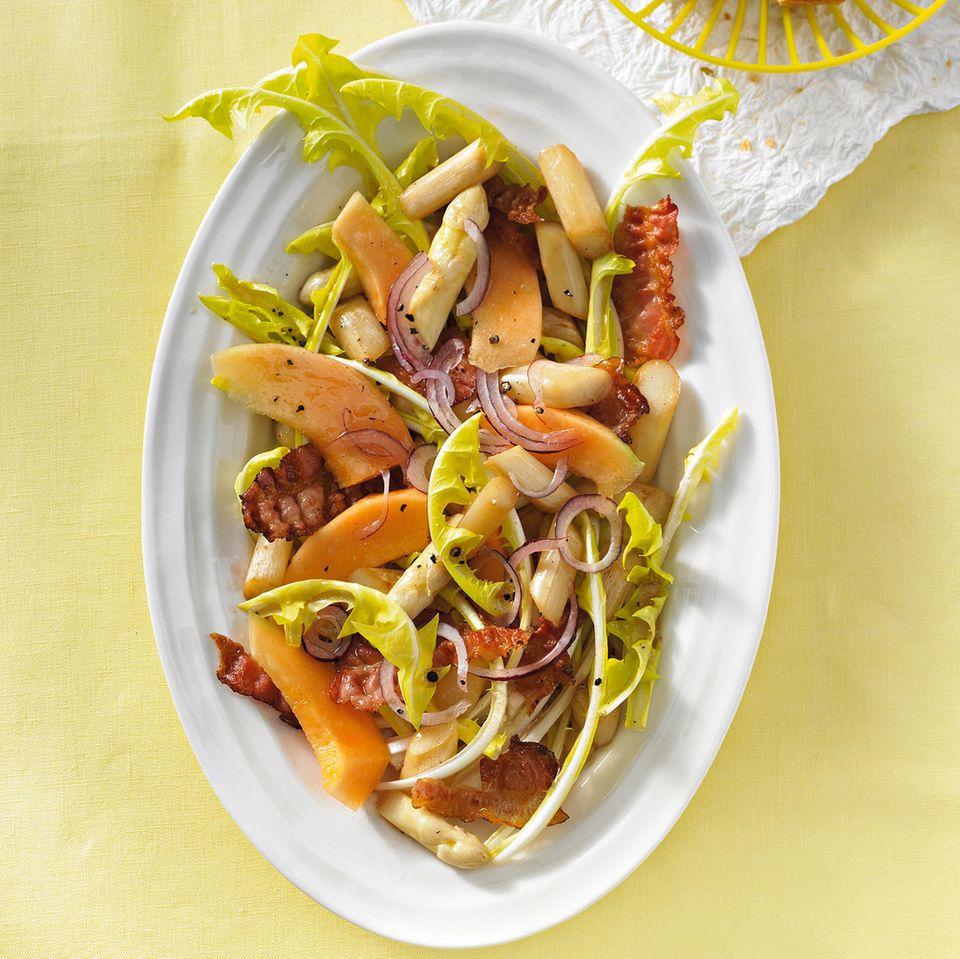Löwenzahn-Spargel-Salat mit Bacon