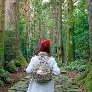 Dinge, die in der Natur glücklich machen: Frau im Wald