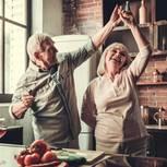 Nach Gottschalk-Trennung: Ein altes Paar tanzt in der Küche
