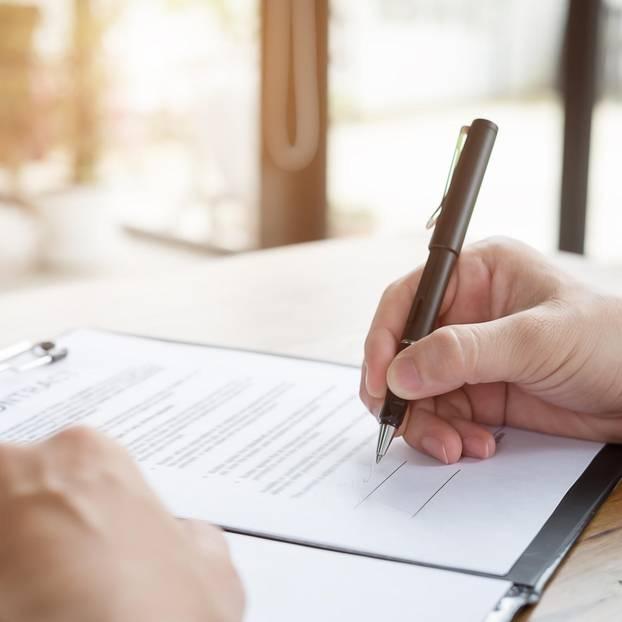 Kündigungsfrist Arbeitsvertrag: Mann unterschreibt Vertrag