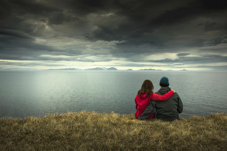 Unterschätzte Gefahren für die Partnerschaft: Ein Pärchen, vor dem sich ein dunkler Himmel auftut