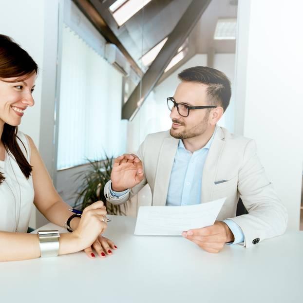 Mitarbeitergespräch: Chef und Mitarbeiterin im Gespräch
