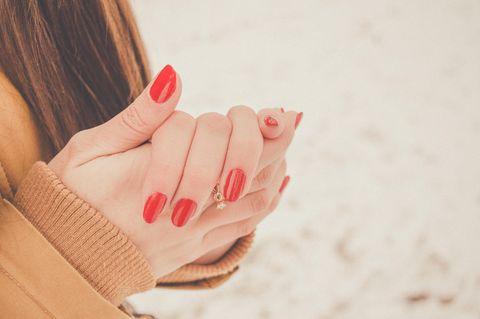 Raynaud-Syndrom: Hände einer Frau
