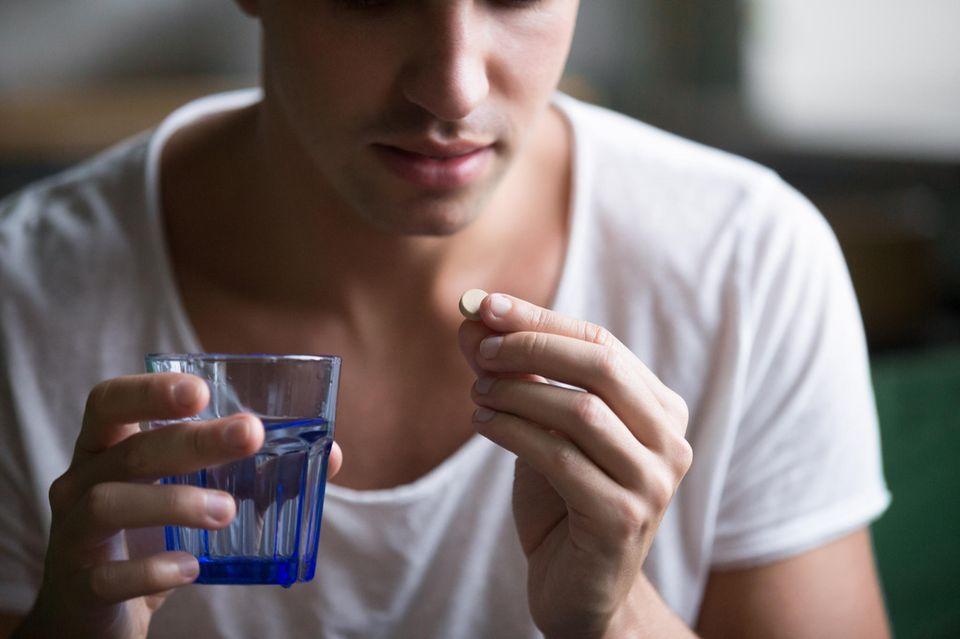 Pille: Mann nimmt Pille ein