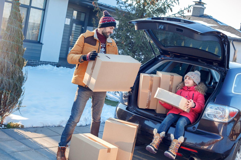 Sonderurlaub: Familie bringt Kartons ins Auto