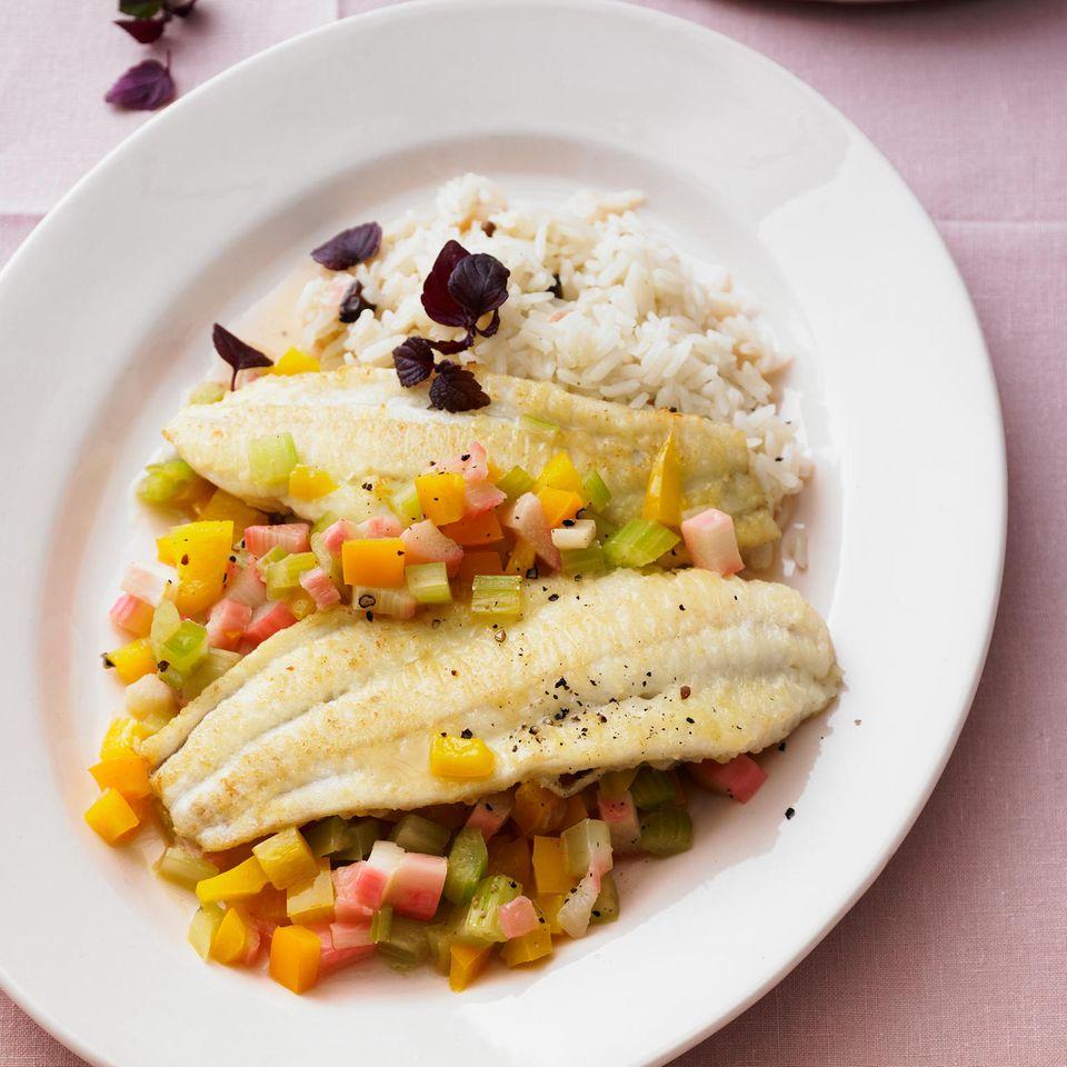 Schollenfilets mit Rhabarber-Sellerie-Gemüse