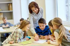 Schüler mit Lehrerin im Unterricht