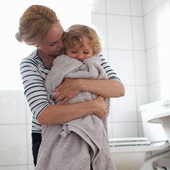 Gruselige Entdeckung: Mutter erstarrt als sie ihr Kind von der Toilette hebt!
