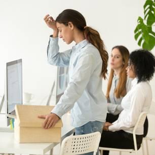 Kündigung wegen Krankheit: Frau wird aus Büro geschickt