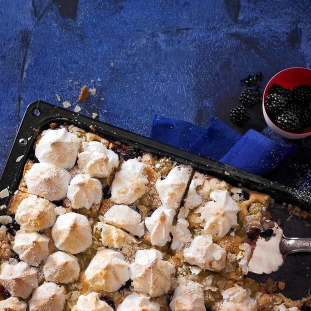 Stachelbeer-Brombeer-Kuchen mit Baiser