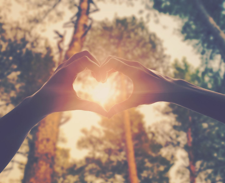 Eheversprechen: praktische Tipps und Beispiele: Pärchen formt Herz mit den Händen