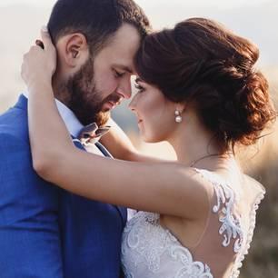 Eheversprechen: praktische Tipps und Beispiele: Brautpaar umarmt sich und sieht sich innig an