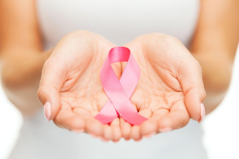 Brustkrebs-Symptome: Frau mit Brustkrebs-Symbol
