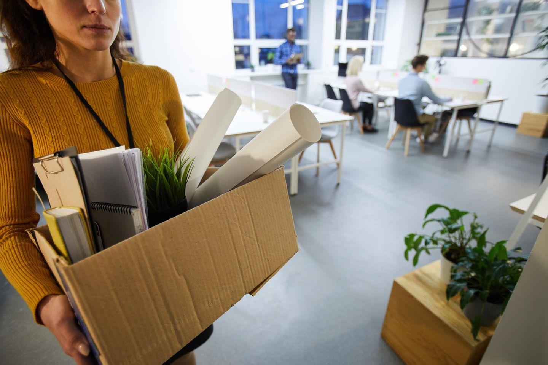 Fristlose Kündigung: Frau verlässt mit Karton das Büro