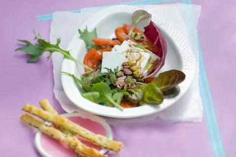 Gebratener Paprikasalat mit Schafkäse und Oliven-Grissini