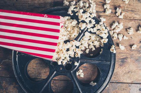 Lieblingsfilme der Redaktion: Eine Tüte Popcorn auf einer Filmrolle
