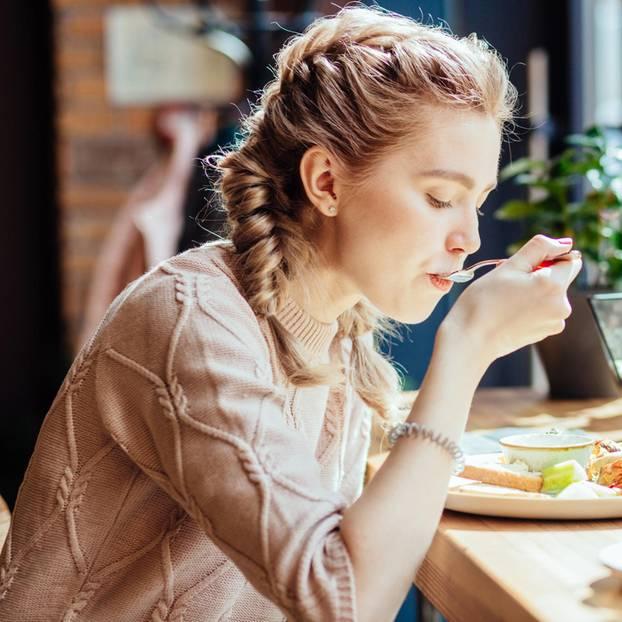 Lunch-Fehler. Frau beim Essen