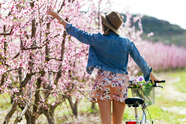 Früjlings-Trends: Frau auf Fahrrad