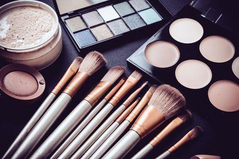 Urban Decay launcht Game of Thrones Kollektion: Make-up-Produkte auf einem Tisch