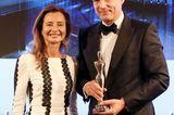 """Laudatorin und Jury-Mitglied Prof. Dr. Martina Kerscher freut sich mit dem Award-Gewinner Tomas Kochs (ESPA Life at Corinthia), der den Preis in der Kategorie """"Spa Concepts"""" abräumt."""