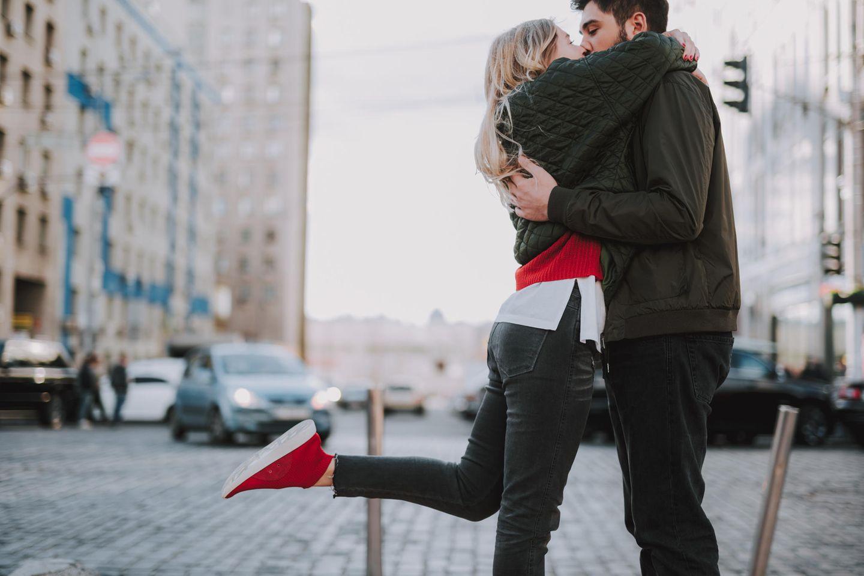 Reddit: Eine Frau küsst ihren Partner auf den Mund