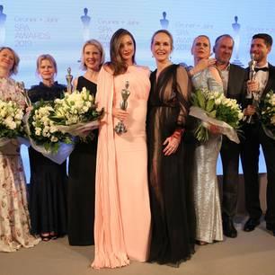 Das sind sie! Die Gewinner der Gruner + Jahr SPA AWARDS strahlen gemeinsam mit GALA-Chefredakteurin Anne Meyer-Minnemann und Moderatorin Barbara Schöneberger in die Kameras.  Herzlichen Glückwunsch, Tomas Kochs (ESPA Life at Corinthia), Hans-Peter Veit (Spa Nescens im Victoria Jungfrau Frand Hotel & Spa), Maren Speckmann-Munz und Nicoline Woehrle (Dr. Hauschka), Kerstin Unger (Nivea), Beauty-Idol Miranda Kerr, Special-Prize-Gewinner Günther Bonin, Johannes Scheer (Shiseido) und Audrey de Saint Priest (Foreo)!
