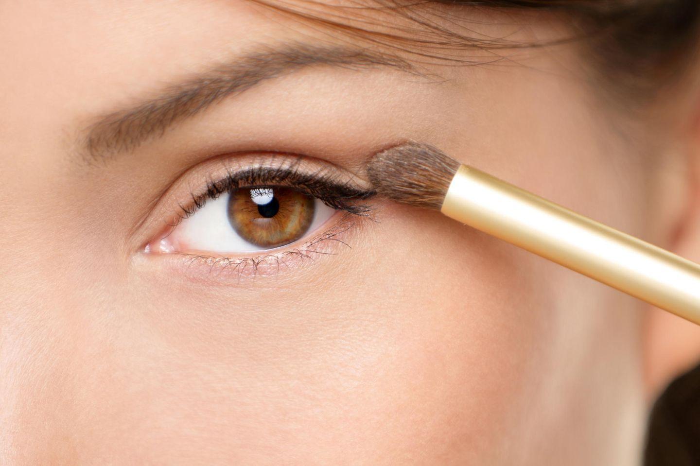 Braune Augen schminken: Braunes Auge wird geschminkt
