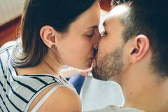 Neue Verhütungsmethode: Paar küsst sich