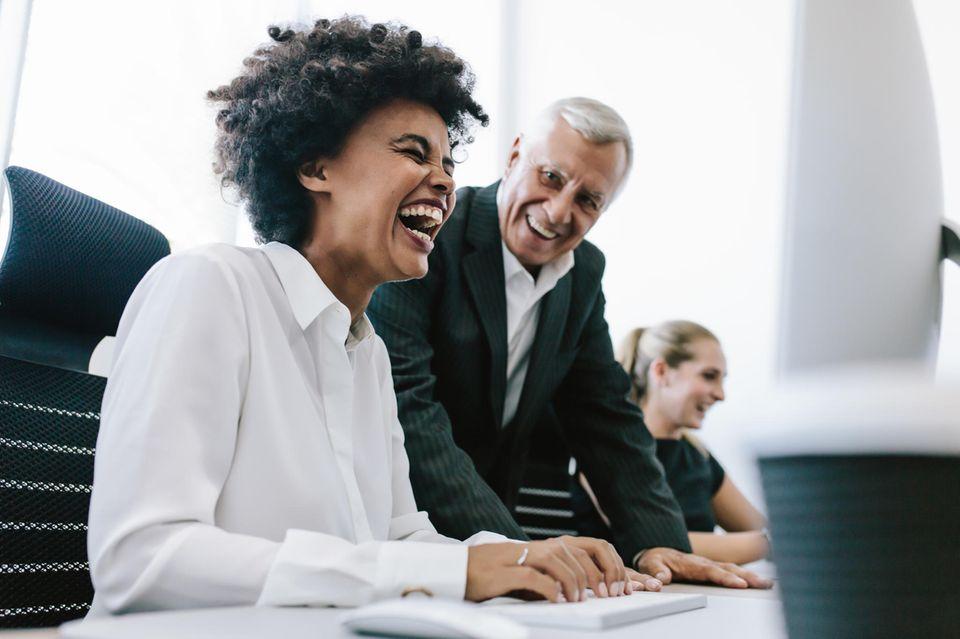 Lach nicht! Humor bei Frauen ist laut Studie schlecht für die Karriere