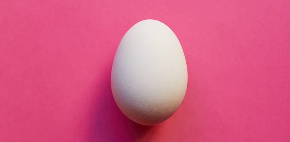 Eisprung? So fühlt es sich an! Ei auf pinkem Hintergrund