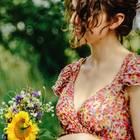 Hochzeitsmode: Frau im Blumenkleid