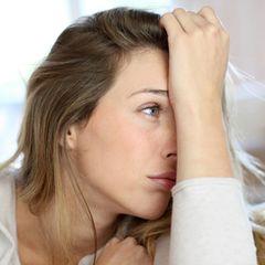 Fibromyalgie-Symptome: Frau mit Schmerzen
