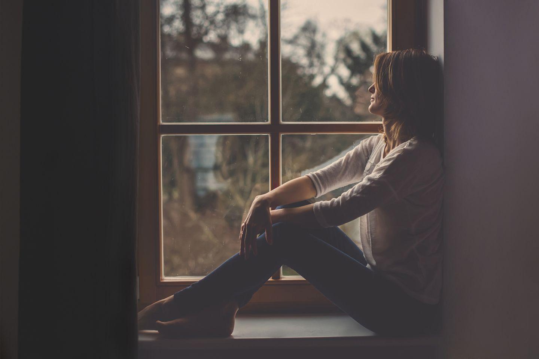 Unsere gestohlenen Kinder - Frau sitzt am Fenster