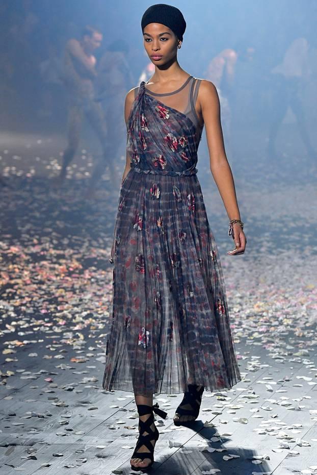 Christian Dior setzt auf zarte Batik-Kleider aus Seide.