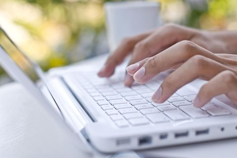 Bewerbung per E-mail: Frau tipps am Computer