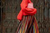Wenn es draußen doch mal kühler ist, hält uns dieser Wollpullover warm. Auf knallige Farben verzichten wir deswegen aber nicht.