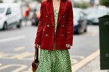 Wenn ein Midikleid aus feiner Seide einen Oversize-Blazer aus grobem Kord trifft, dann schlagen sämtliche Modeherzen höher.