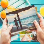Retro-Fehler: Eine Frau guckt sich Fotos an