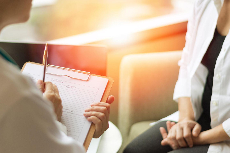 Krebsvorsorge: Frau mit ihrer Ärztin